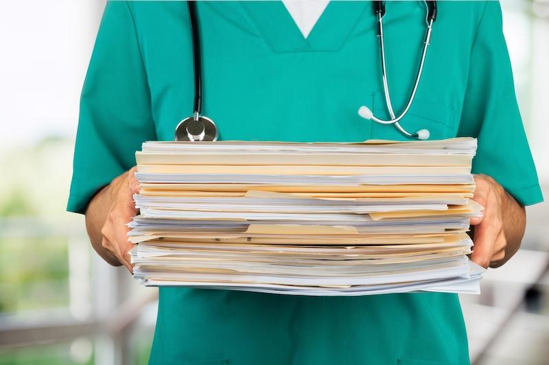 médecin avec des dossiers médicaux