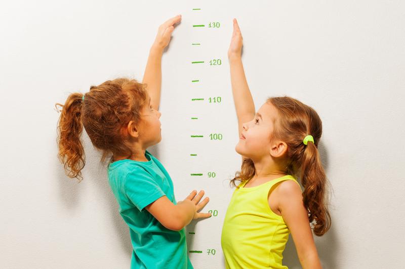 enfants se mesurant