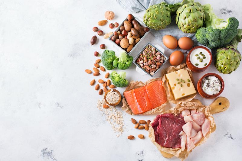 Assortiment d'aliments sains contenant des protéines