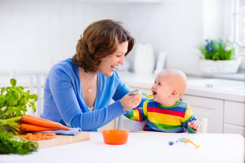maman donnant à manger à son enfant