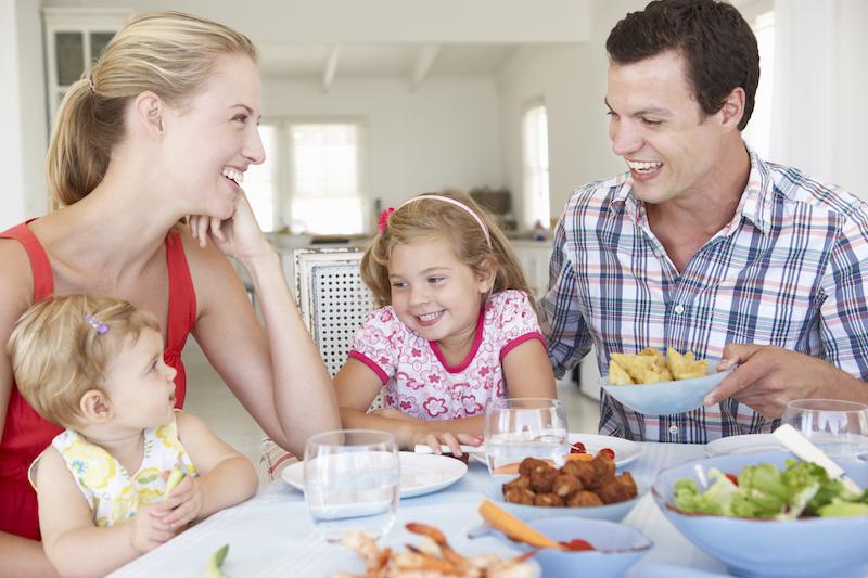 repas en famille avec des enfants en bas âge