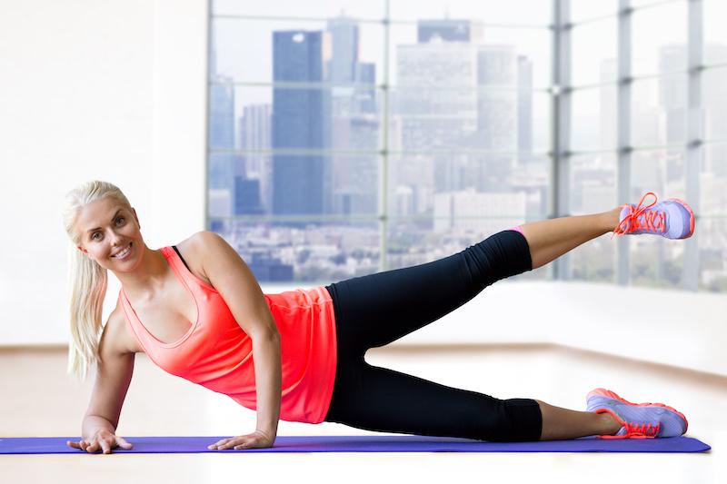 le gainage oblique permet d'affiner les hanches